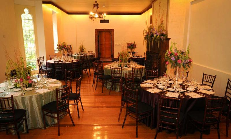http://cloisterscastle.com/Indoor%20Table%20Setting